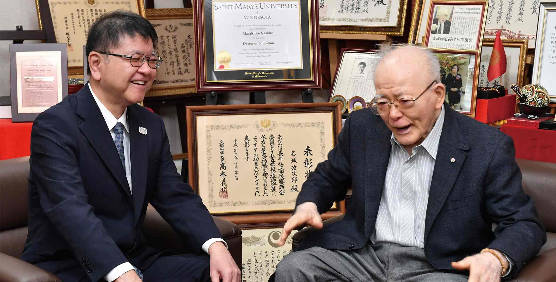 創立35周年を迎え対談する名城政次郎理事長と名城政一郎副理事長