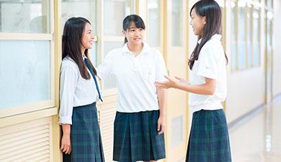 授業の合間に友達とおしゃべり