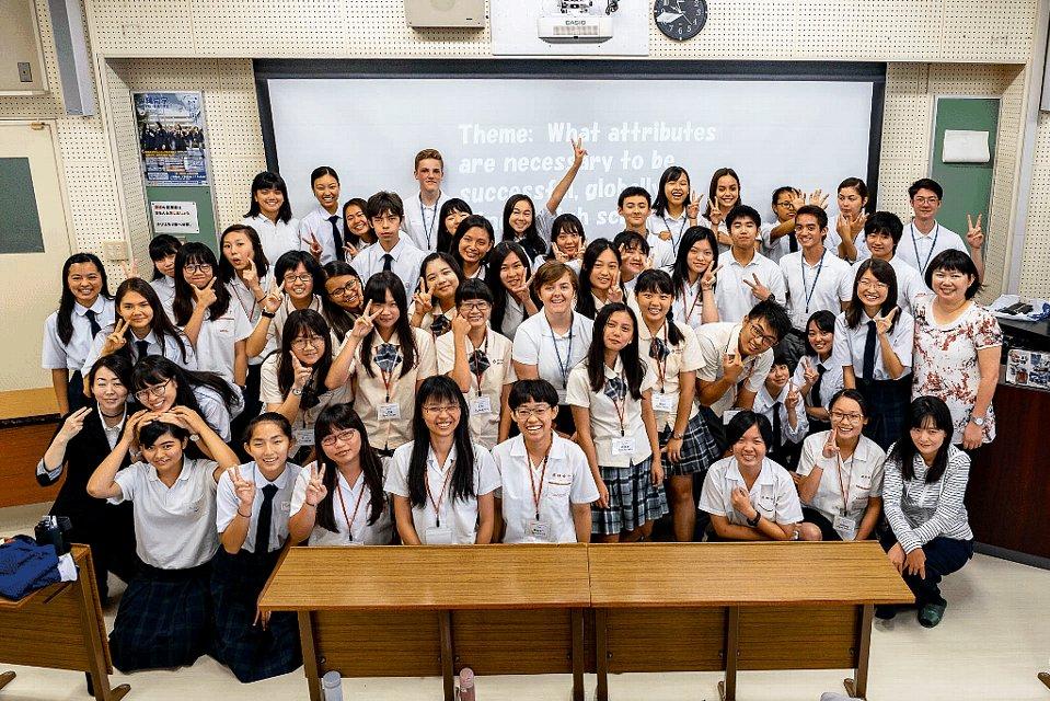 沖尚生と留学生が仲良く全体集合写真