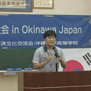 日本語で熱弁をふるう弁士