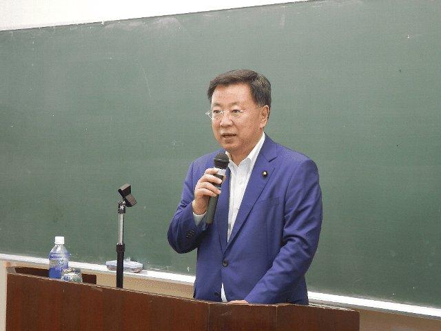 講演する松野元大臣