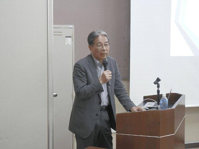 講演する南風原元副学長