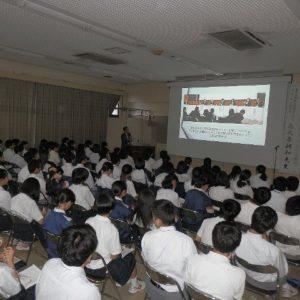 熱心に講演に聴き入る生徒たち