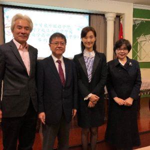 沖縄県上海事務所潘副所長(左)揚副校長(右から2番目)