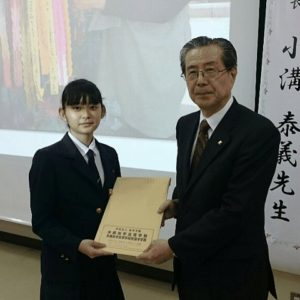 生徒代表から核廃絶の署名簿を贈呈
