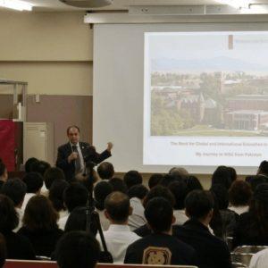 チャードリー博士が全校生徒に向けて講演